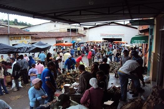 Feirantes na área externa do mercado
