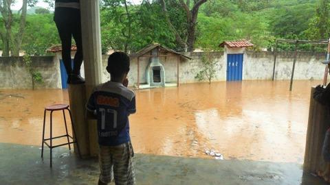 Nível do Rio Itamarandiba sobe e preocupa moradores da comunidade de Ponte Nova no Município de Capelinha - Foto Vanderleia Carvalho