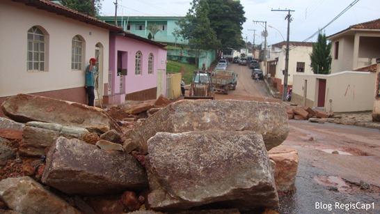 Rua Inarcio Murta , próximo a Prefeitura, fica repleta de enormes pedras e de areia - Foto Reginaldo Rodrigues - Blog RegisCap1  (5)