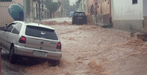 Durante o período de chuvas as ruas do centro de Capelinha ficam praticamente intransitáveis - Foto Reginaldo Rodrigues - Blog RegisCap1